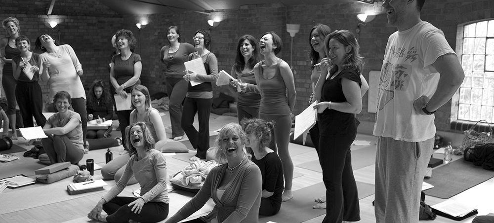 Homepage_Yoga_Campus_Cheerful_Students_1000_452_80gray